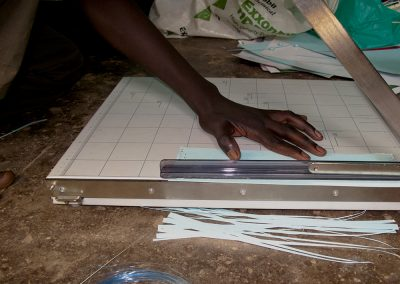 Das Papier wird in Streifen geschnitten
